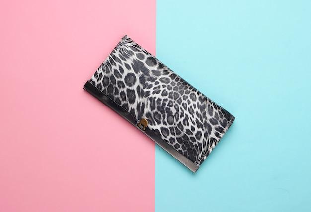 Elegante portafoglio su rosa pastello blu. minimalismo della moda.