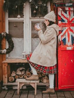 Elegante donna decorata terrazza per le vacanze di capodanno moderno eco rustico stile minimal bandiera britannica stile scandinavo fatto a mano natale. idee di decorazione d'interni finestra in legno a buon mercato, materiale naturale