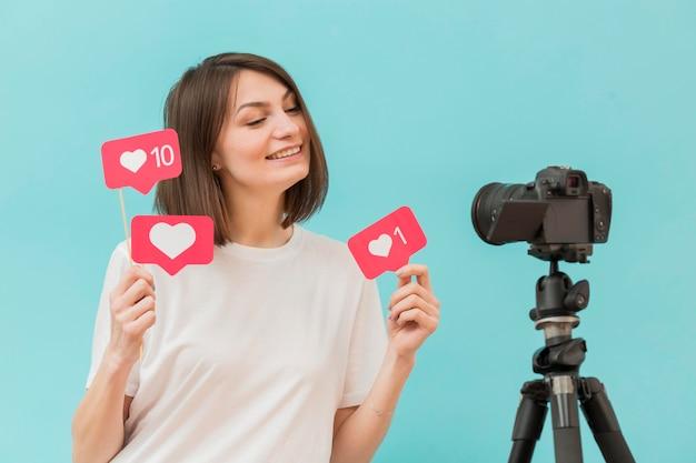 Donna alla moda che registra video a casa