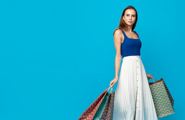 Donna alla moda con borse della spesa