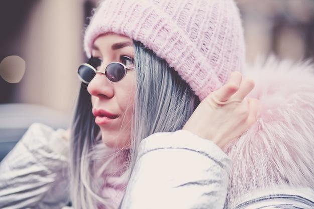 Donna alla moda con giacca invernale