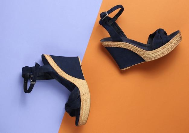 Sandali da donna alla moda sulla piattaforma su carta colorata
