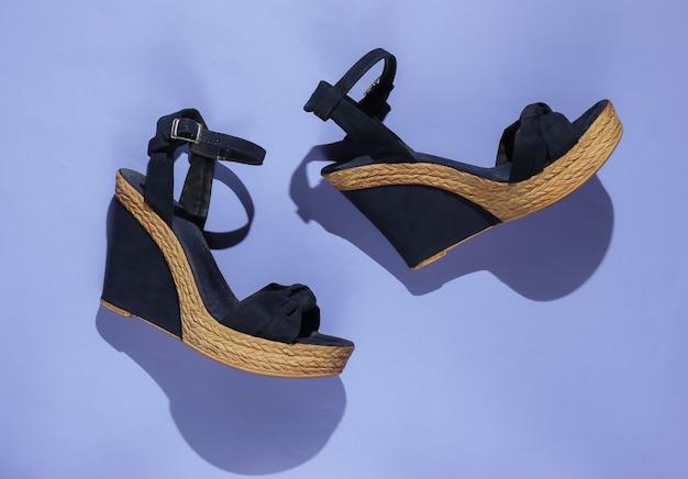Sandali da donna alla moda sulla piattaforma su carta viola