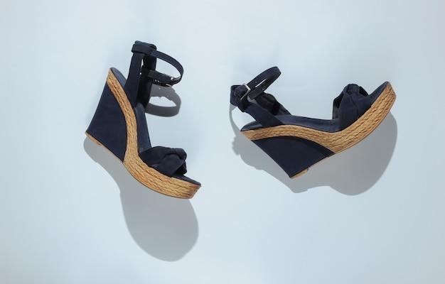 Sandali da donna alla moda sulla piattaforma su carta bianca
