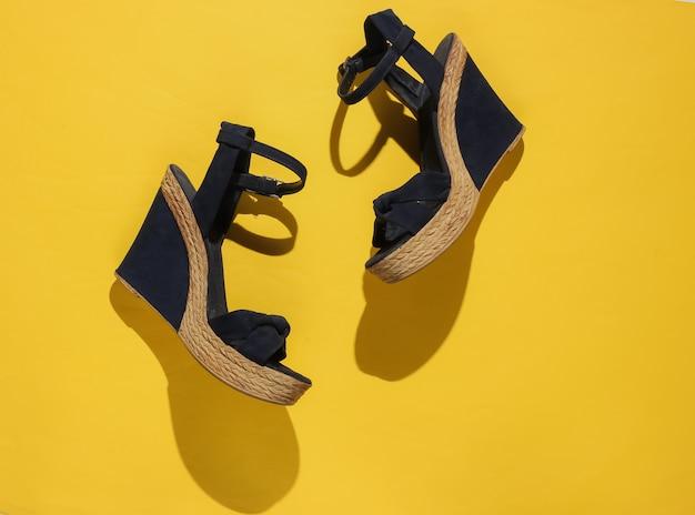 Sandali da donna alla moda sulla piattaforma su carta gialla