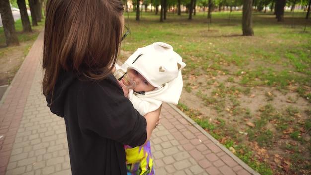 Elegante giovane mamma con un bambino in braccio