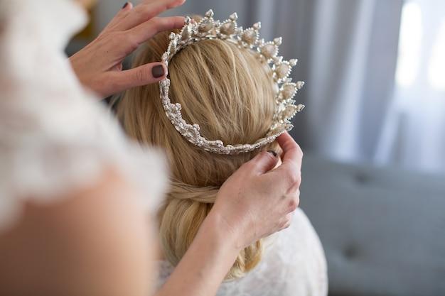 Lo stilista indossa la corona della sposa