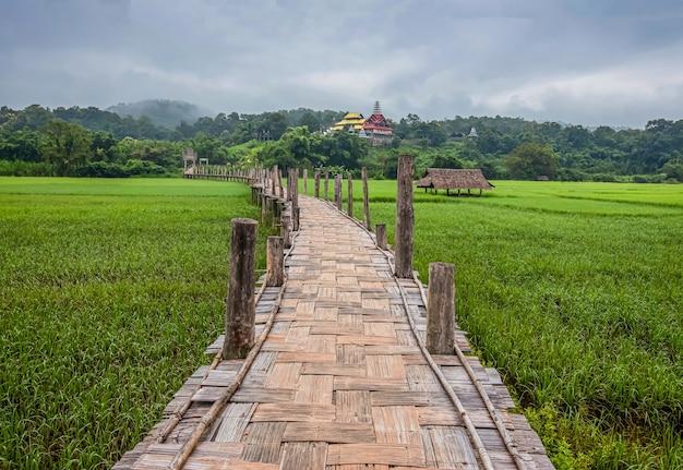 Su tong pae bridge e la luce del mattino della stagione delle piogge, mae hong son, thailandia