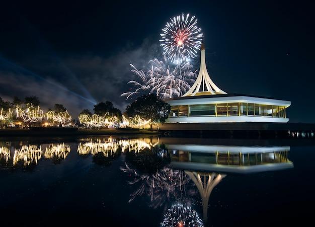 Suan luang royal garden rama ix con fuochi d'artificio e riflessi sull'acqua di notte.