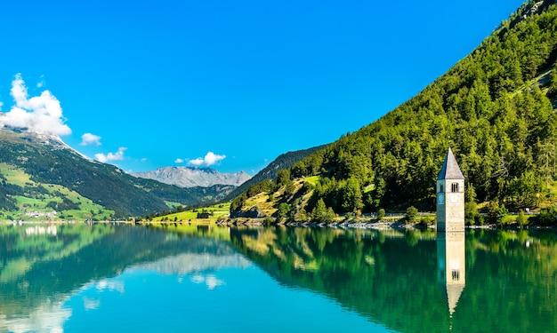 Campanile sommerso di curon a curon in val venosta sul lago di resia in alto adige, italia