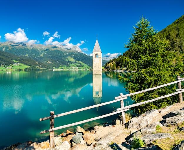 Il campanile sommerso di curon a curon in val venosta sul lago di resia in alto adige, italia