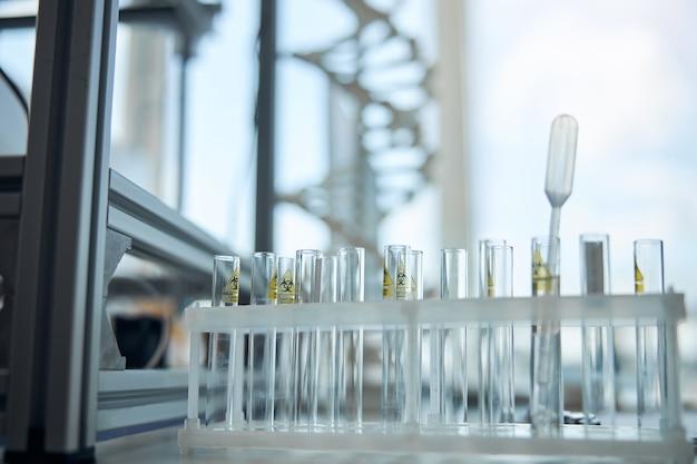 Sostanze che rappresentano una minaccia per la salute degli organismi viventi conservate in un moderno laboratorio di ricerca