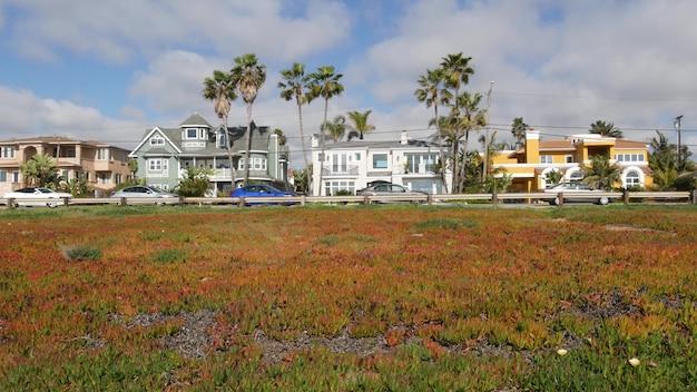Case suburbane california usa. architettura generica degli edifici. immobiliare di quartiere residenziale.