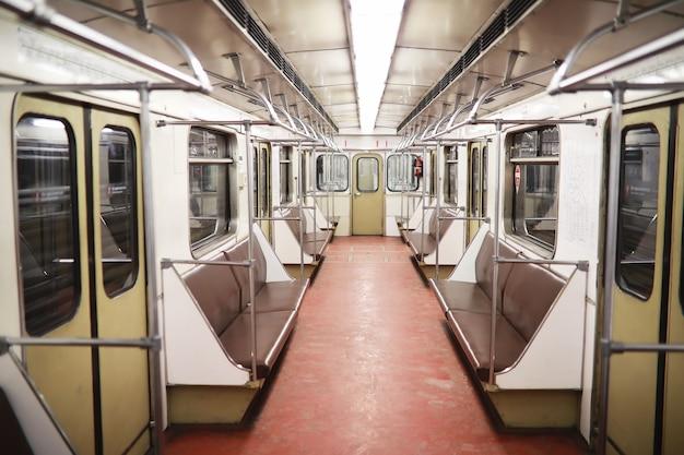 Vagone della metropolitana con posti vuoti. vagone vuoto della metropolitana.