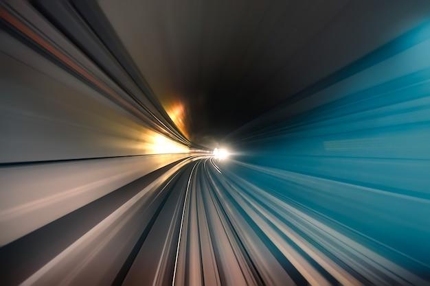 Tunnel della metropolitana con tracce di luce sfocate nella galleria