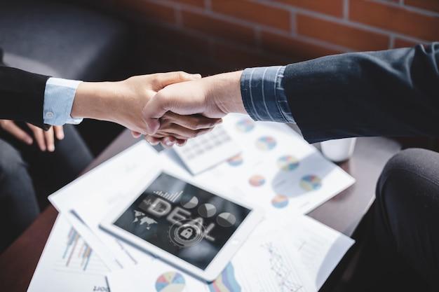 Business di successo e concetto di business di partnership, uomini d'affari si stringono la mano per accettare di unirsi al business