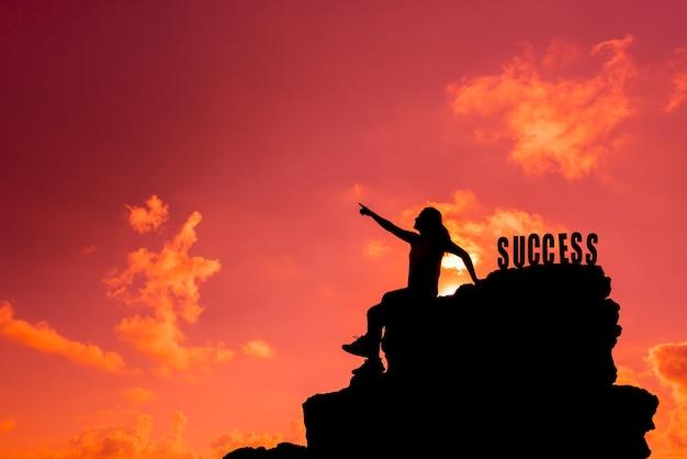 Il successo e il concetto di fallimento. silhouette donna sportiva sulla scogliera. con copia spazio su skyper testo