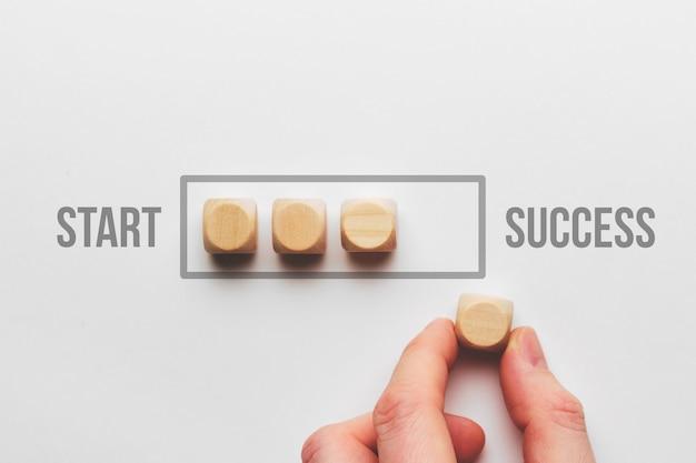 Concetto di percorso di successo con barra di caricamento di cubi di legno.