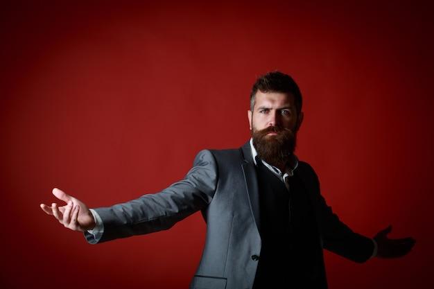 Successo, ricchezza, lusso. un uomo ricco in giacca e cravatta. ritratto di giovane uomo attraente in tailleur. elegante maschio con la barba ricca. macho barbuto.