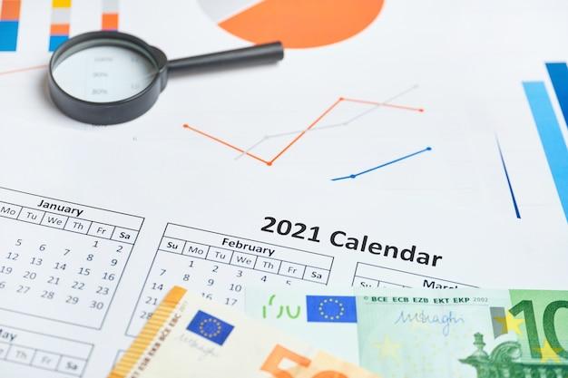 Successo nel 2021 nella generazione di profitti per le imprese con l'euro su grafici cartacei.