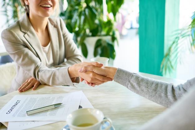 Accordo commerciale riuscito in cafe