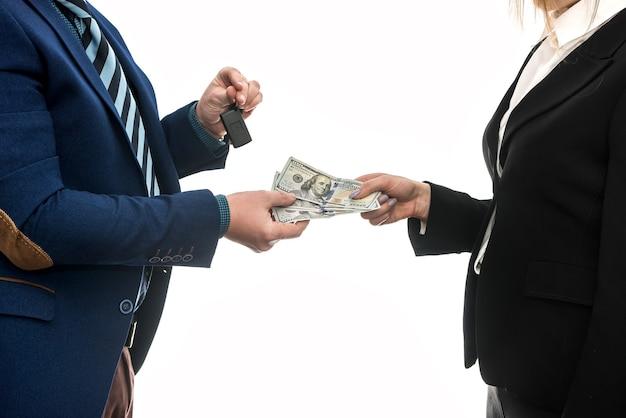 Successo affare tra i partner per le vendite di auto isolato su sfondo bianco. dollaro. concetto finanziario.