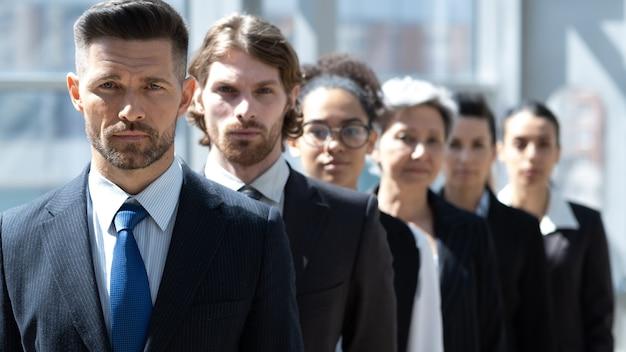 Gruppo aziendale di successo di fila in ufficio