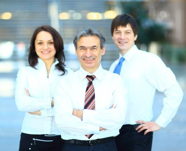 Gruppo di affari di successo in una riga sorridente