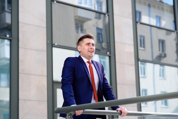 L'uomo d'affari di successo respira aria fresca