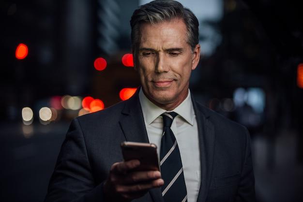 Uomo d'affari di successo a new york city, ritratti e stile di vita