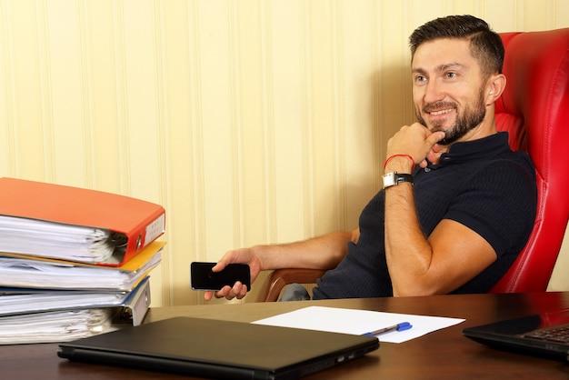 Uomo d'affari di successo in ufficio
