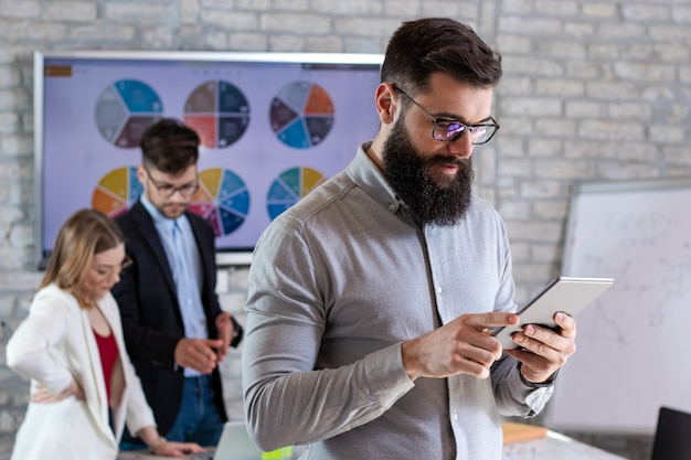 Partner commerciali di successo che hanno una riunione e discutono di nuove idee di progetti di business in un ufficio