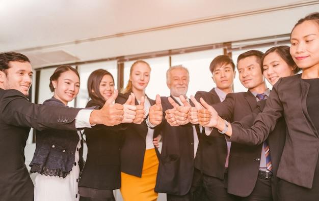 Uomini d'affari di successo con il pollice in alto e sorridente