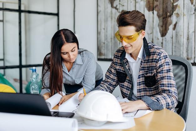 Gli uomini d'affari di successo lavorano sui disegni in ufficio