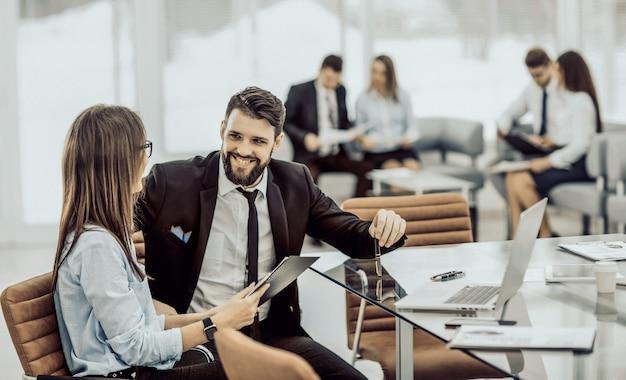 Il team aziendale di successo sta analizzando i rapporti di marketing presso il w