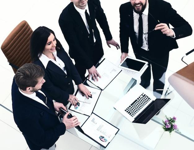 Il team aziendale di successo si sta preparando per la presentazione di un nuovo progetto finanziario dell'azienda