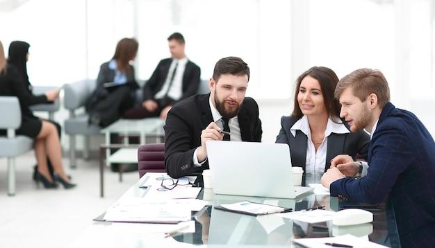 Il team aziendale di successo utilizza un laptop per pianificare il proprio lavoro