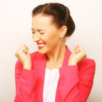 Donna d'affari di successo che sembra molto eccitata. colpo dello studio.