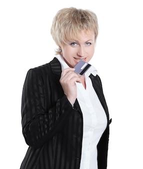 Donna d'affari di successo che mostra la carta di credito