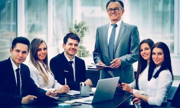 Imprenditore di successo e team aziendale a un seminario in modern