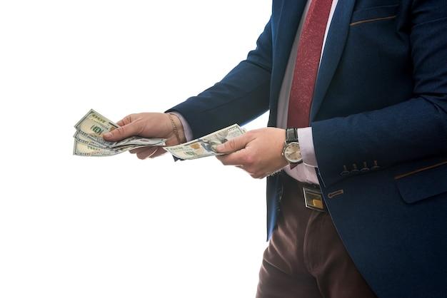 Imprenditore di successo che tiene denaro contante in dollari americani isolato