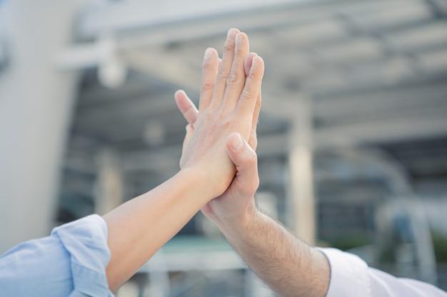 Il riuscito uomo d'affari si unisce le mani dopo il buon affare.
