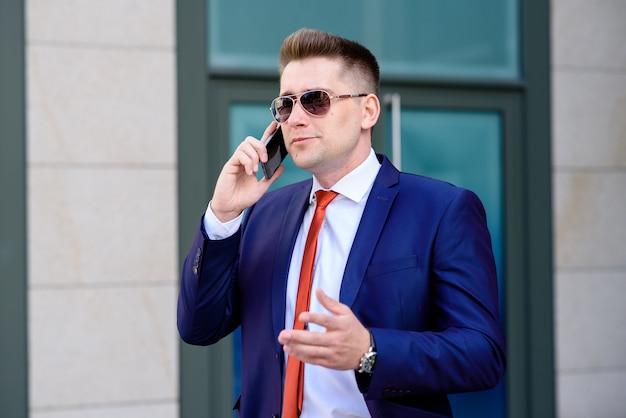 Imprenditore di successo parlando al telefono e sorridente
