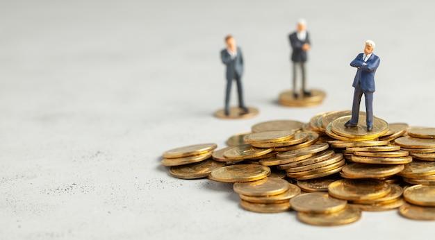 Uomini d'affari di successo con grandi profitti