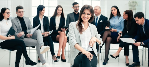Imprenditrice di successo e un gruppo di massimi esperti nella sala conferenze