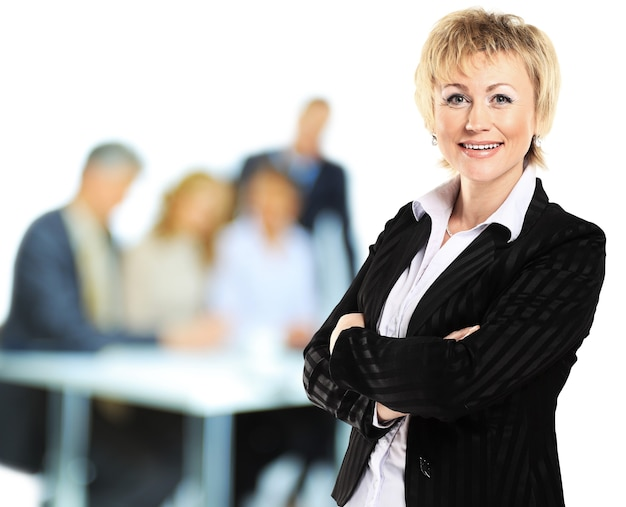 Imprenditrice di successo che sembra sicura e sorridente