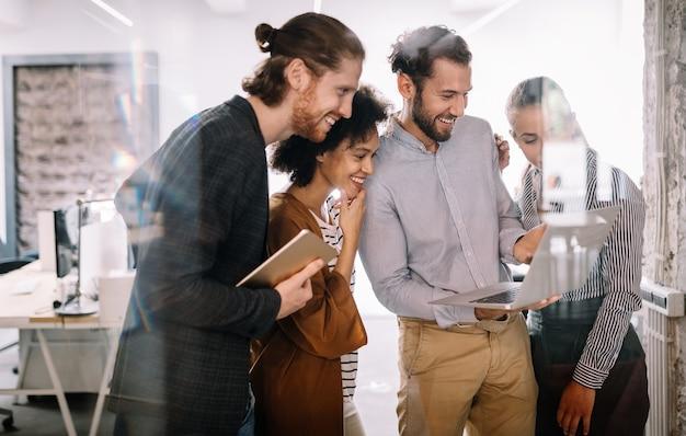 Azienda di successo con lavoratori felici. concetto di ufficio lavoro di squadra riunione d'affari
