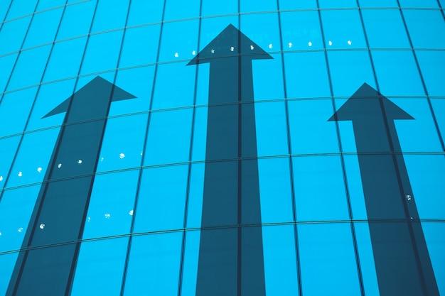 Un concetto di successo negli affari e nella carriera su una facciata di vetro.