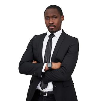 Riuscito uomo d'affari afroamericano fiducioso con le braccia piegate isolato