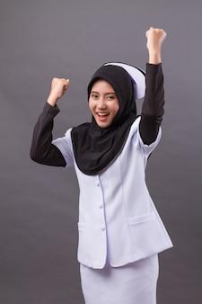 Infermiera musulmana felice fiduciosa di successo